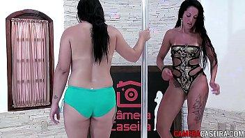 encoxadas na saia de gata Hot babe playing her pussy with a dildo